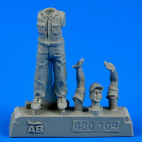 U.S. Army aircraft mechanic WWII - Pacific theatre Figurines x
